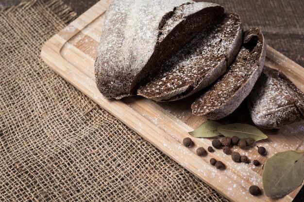 Savoureux pain rustique sur une table en bois