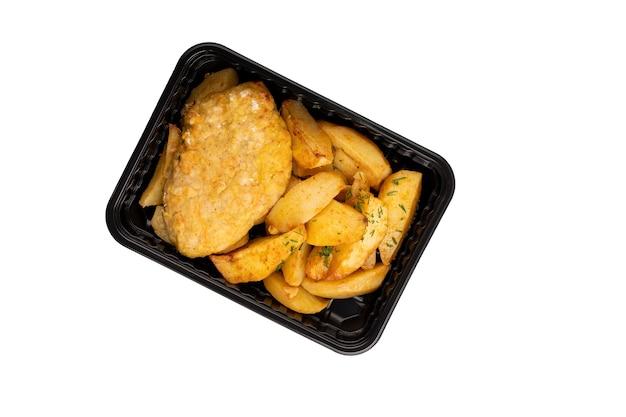Savoureux quartiers de pommes de terre et livraison de nourriture aux escalopes contenant en plastique isolé sur fond blanc