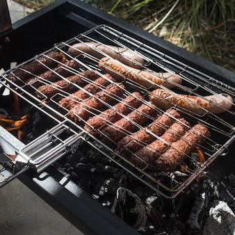 Savoureux rôti sur des saucisses grillées