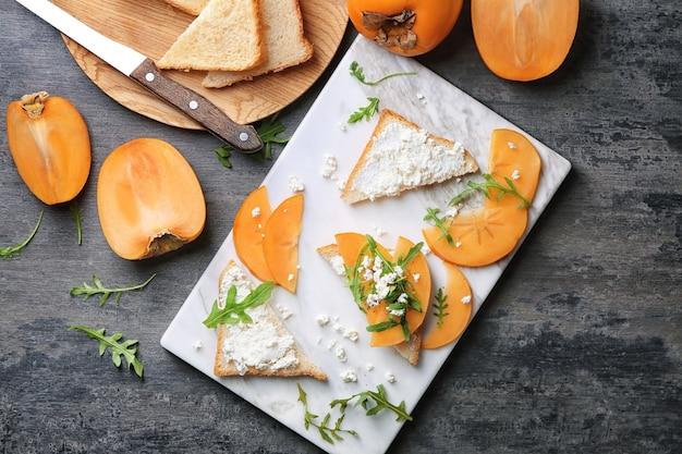 Savoureux sandwichs au kaki et au fromage cottage à bord