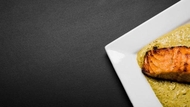 Savoureux saumon sur l'espace copie de sauce