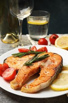 Savoureux saumon grillé sur fond gris