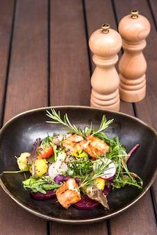 Savoureux saumon servi avec des herbes