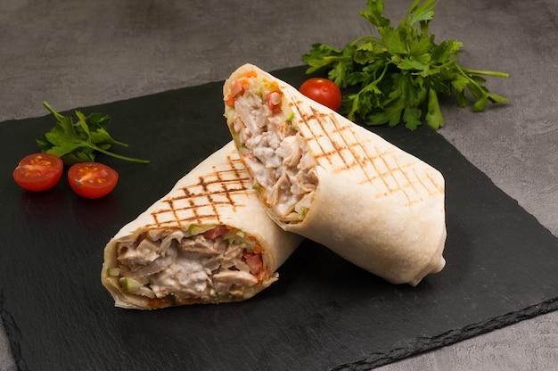Savoureux shawarma grillé avec poulet et légumes
