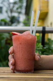 Savoureux smoothie aux fraises avec une tranche de fraise dessus