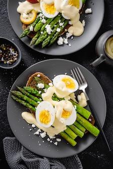 Savoureux toasts aux asperges, œufs et sauce