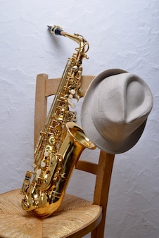 Saxophone sur une chaise avec un chapeau