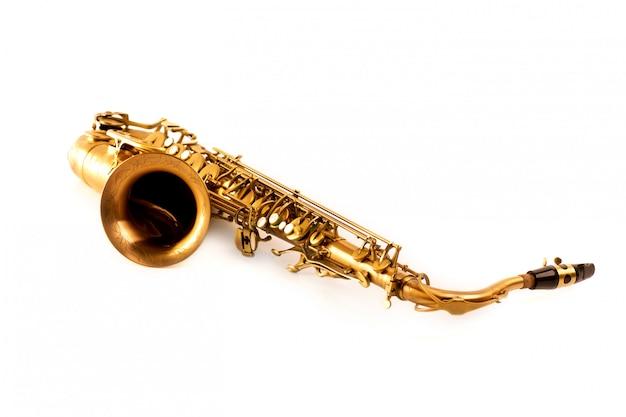 Saxophone ténor doré isolé sur blanc