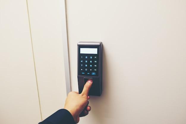Scan d'empreintes digitales pour entrer dans le système de sécurité avec copyspace.