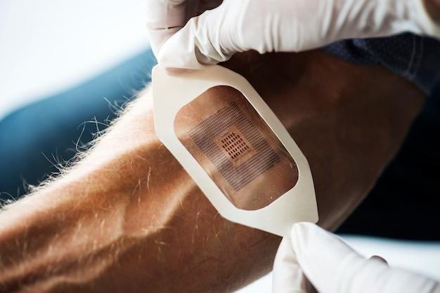 Scanner de codes utilisé sur un bras humain