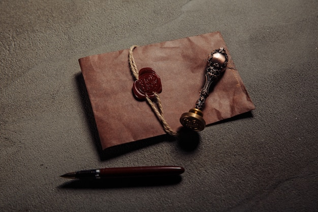 Sceau de notaire, stylo, document notarié sur une table. concept de légalité.