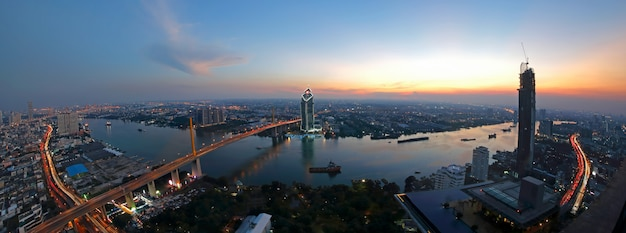Scence au coucher du soleil du pont rama 9 sur la rivière chaopraya avec bangkok, thaïlande