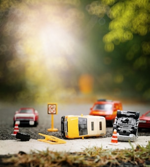 Scène d'accident de voiture (miniature, jouet) dans la rue concept d'assurance.