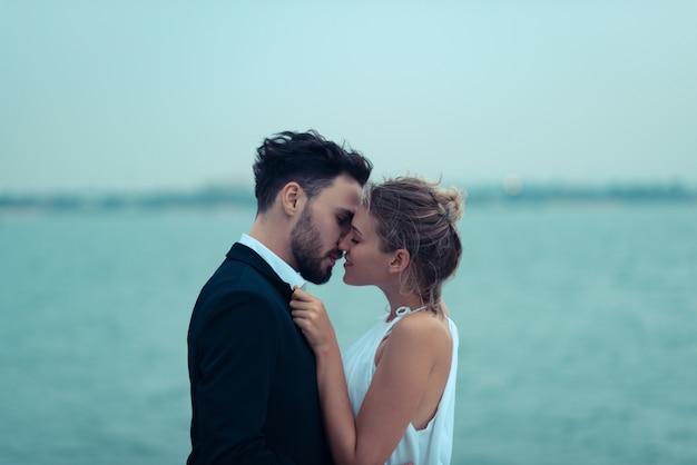 Scène d'amour d'amoureux sur un yacht de luxe, mari et femme