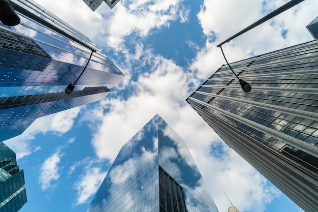 Scène d'angle uprisen du gratte-ciel du centre-ville de chicago avec reflet des nuages entre de hauts immeubles