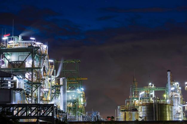 Scène bleue de nuage de soleil crépusculaire de l'usine de raffinerie de pétrole et de l'huile de colonne de tour de l'industrie pétrochimique au crépuscule