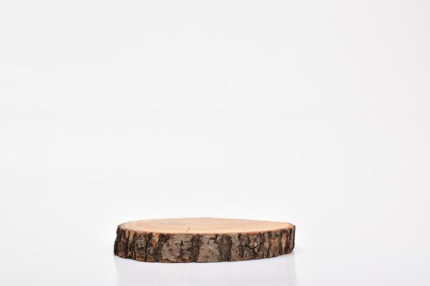 Scène en bois sur fond blanc. un podium pour la présentation des produits et cosmétiques.