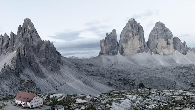 Scène de brouillard matinale dans le parc national tre cime di lavaredo avec le rifugio lacatelli.
