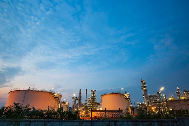 Scène crépusculaire de l'usine de raffinerie de pétrole du réservoir et de la colonne de tour de l'industrie pétrochimique dans la construction du site