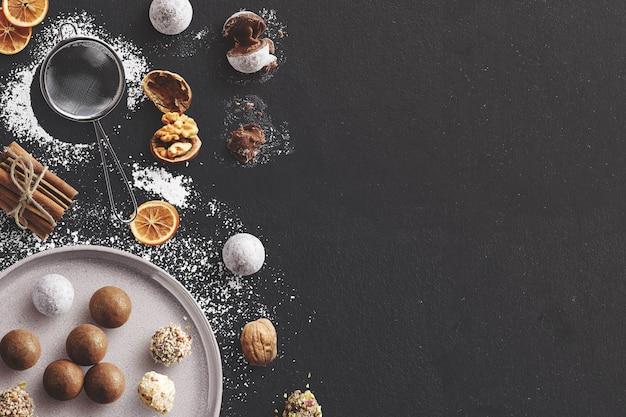 Scène de cuisson d'hiver avec truffes, cannelle, noix et sucre