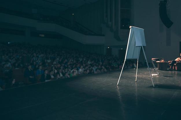 Scène dans la salle de conférence pendant la formation commerciale. photo avec espace copie