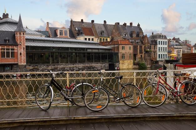 Scène dans la vieille ville avec des vélos sur le pont, gand, belgique