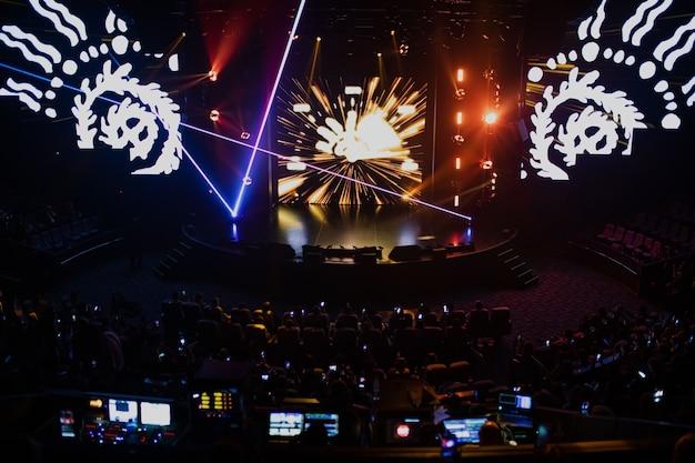 Scène avec effets spéciaux multicolores et show laser