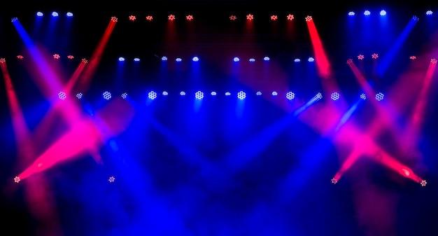 Scène avec équipement d'éclairage multicolore