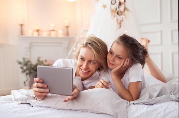 Scène de famille. heureuse mère et fille dans un lit