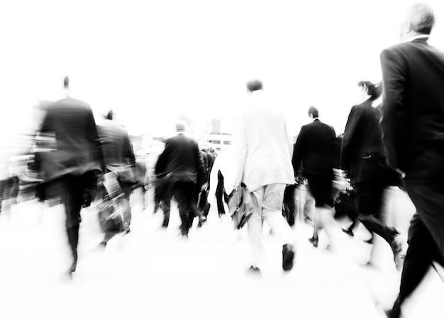 Scène floue des gens surpeuplés marchent dans la précipitation