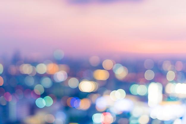 Scène floue de la vue de la ville la nuit