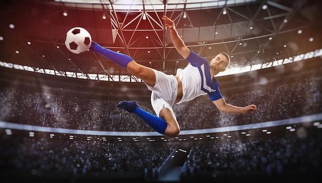 Scène de football au match de nuit avec un joueur qui frappe le ballon avec puissance