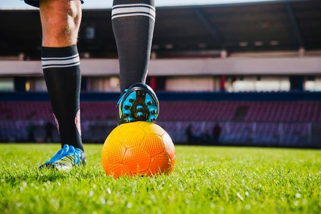Scène de football avec balle et jambes