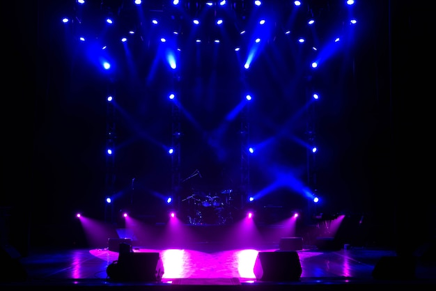 Scène gratuite avec fond de lumières, appareils d'éclairage.