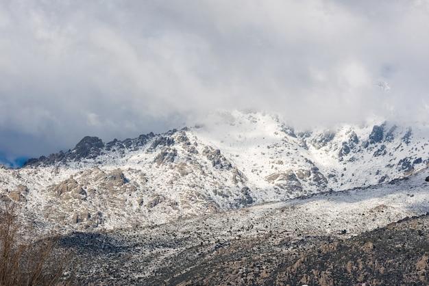 Scène d'hiver des montagnes de navacerrada, madrid, espagne.