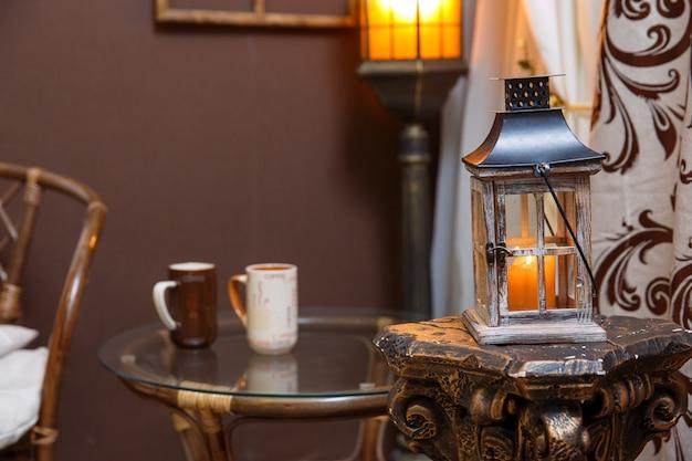 Scène d'hiver. salon, tasses, bougie sur la table.