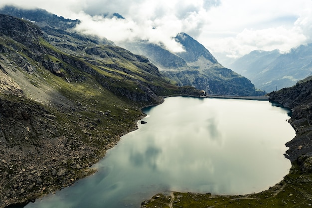 Scène inspirante d'eau calme en haute montagne