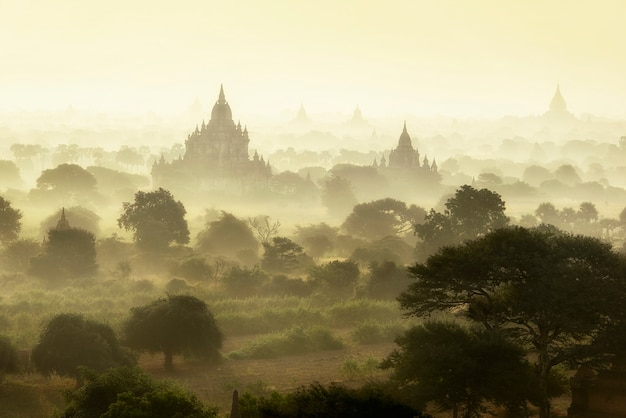 Scène, lever soleil, à, pagode, ancien, ville, champ, bagan, myanmar