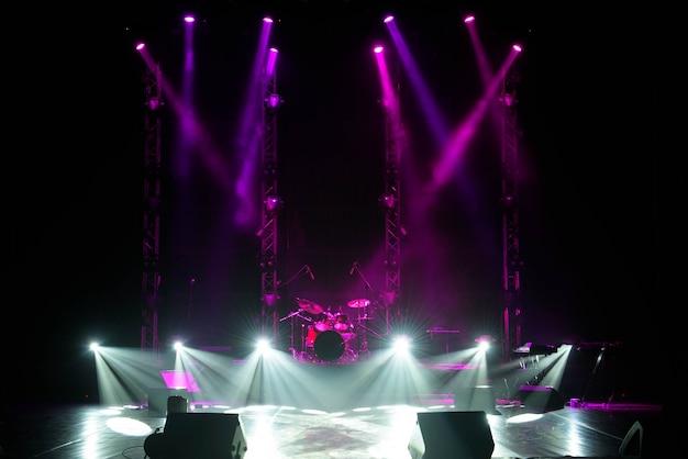 Scène libre avec fond de lumières, appareils d'éclairage.