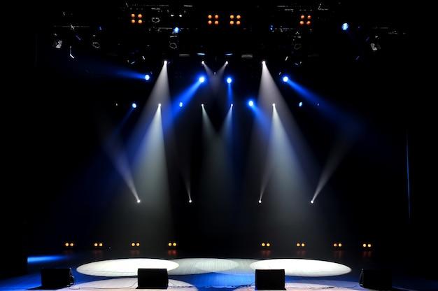Scène libre avec lumières, appareils d'éclairage. contexte.