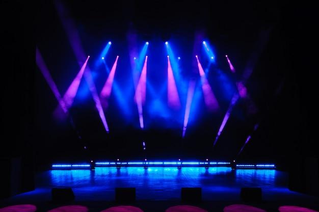 Scène libre avec lumières, appareils d'éclairage. spectacle de nuit.