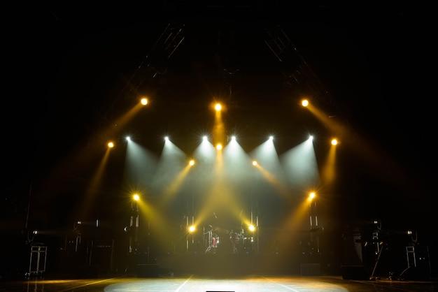 Scène libre avec lumières, appareils d'éclairage. sur un srage gratuit.