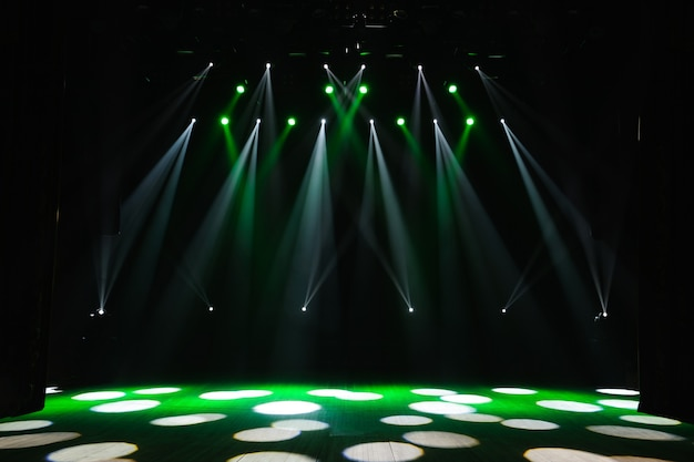 Scène libre avec lumières, dispositifs d'éclairage sur le consert.