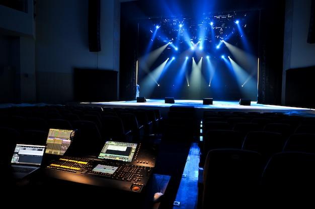 Scène libre avec lumières, lumière avec spots colorés et fumée.