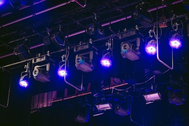 Scène, lumière de concert rampe lumineuse. . vue depuis l'auditorium