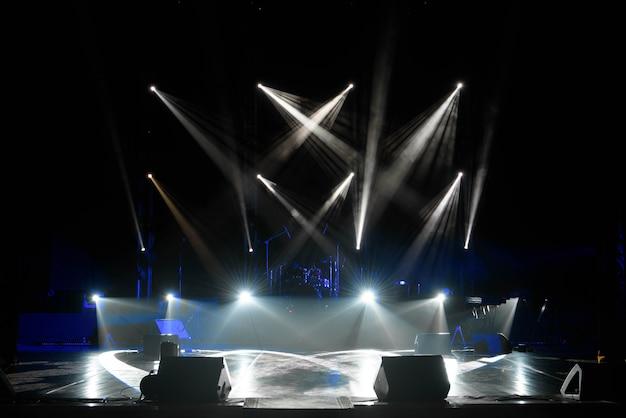Scène, lumière de scène avec projecteurs colorés et fumée