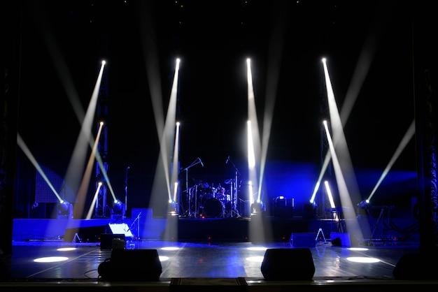 Scène, lumière de scène avec spots colorés et fumée
