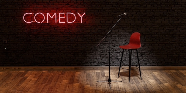 Scène avec microphone et tabouret éclairé par un projecteur avec le mot comedy sur un néon rouge et un mur de briques