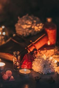 Scène mystérieuse d'halloween, pratique de la sorcellerie, bougies rituelles.