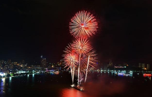 Scène nocturne de feux d'artifice multicolores à pattaya international fireworks festival chonburithaïlande